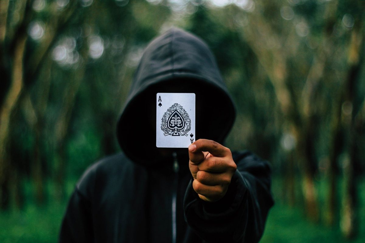 anonymous mostra un asso